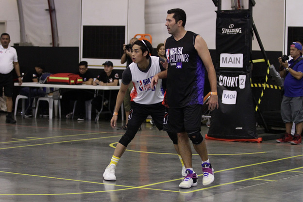 Kapamilya star Donny Pangilinan holds his ground against former PBA player Dominic Uy in the Celebrity Division semifinals.
